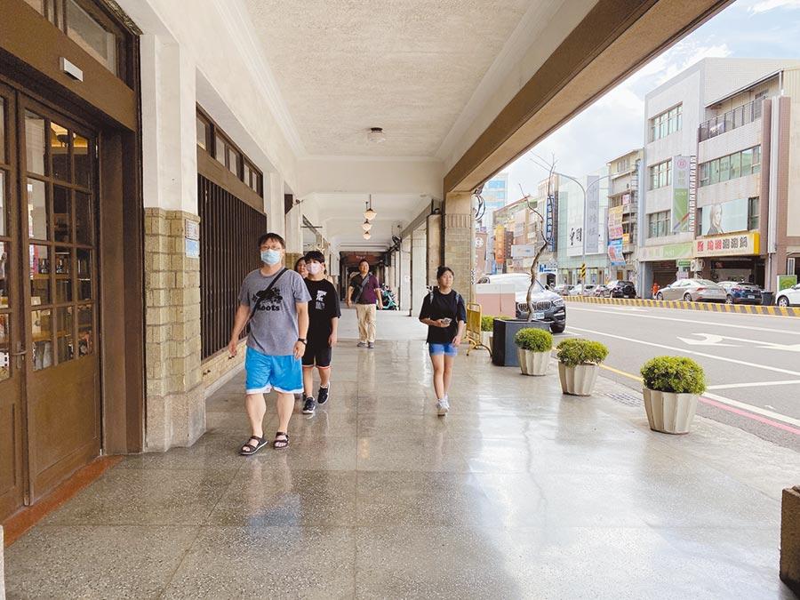 台南市推動友善騎樓9年來共暢通300條騎樓路段、累計97.77公里,串起散步街廓。圖為中正路騎樓。(曹婷婷攝)