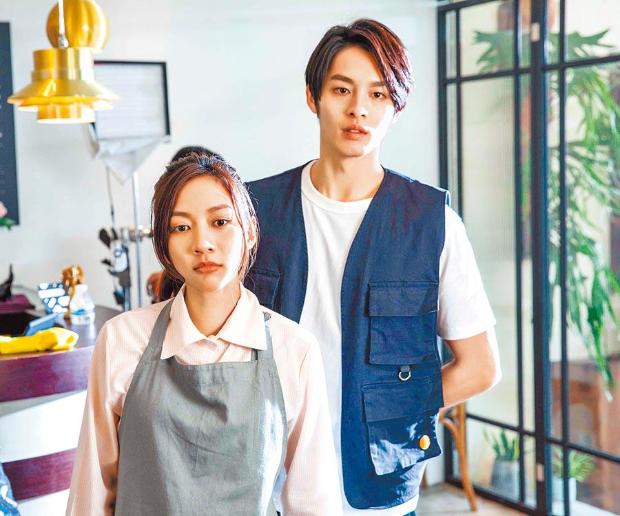 陳妤(左)和曹佑寧拍攝前導短片,為電影宣傳造勢。(華映娛樂提供)