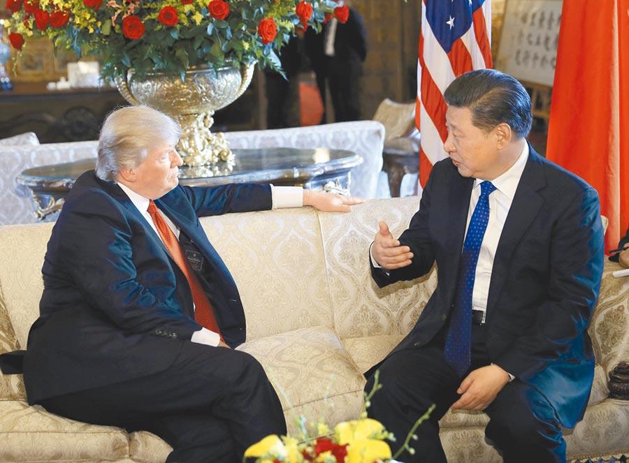 2017年4月6日,大陸國家主席習近平(右)與美國總統川普進行會面。(新華社)