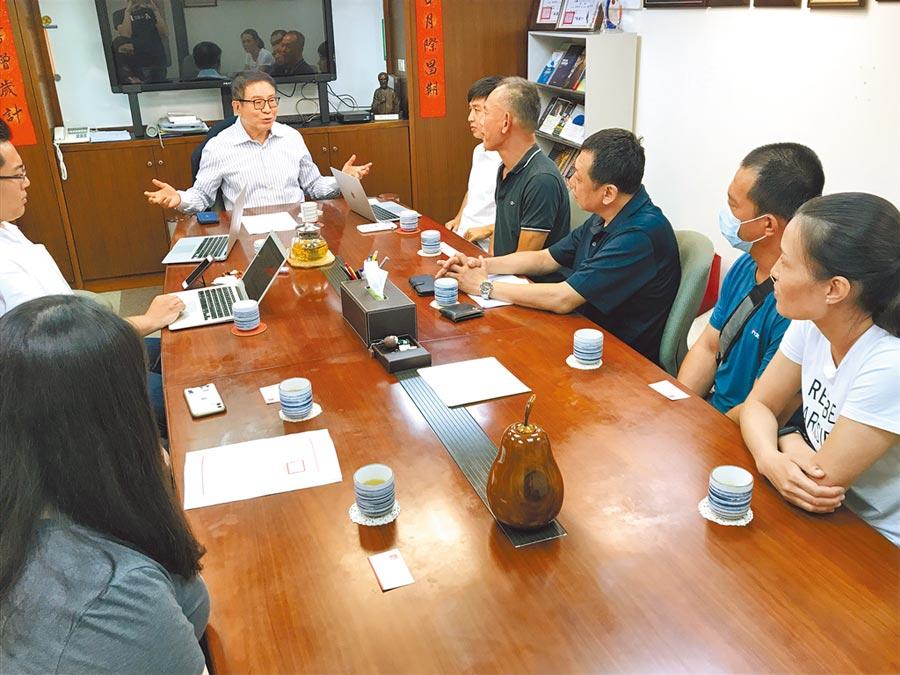小明們家長組成的「台灣滯陸孩童父母自救會」,昨前往海基會前董事長洪奇昌辦公室陳情。(記者林勁傑攝)