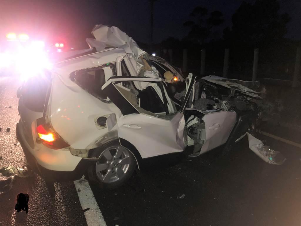1輛轎車於2日清晨4時許在國道10號燕巢路段追撞前方的大貨車,導致車頭毀損。(翻攝照片/林瑞益高雄傳真)