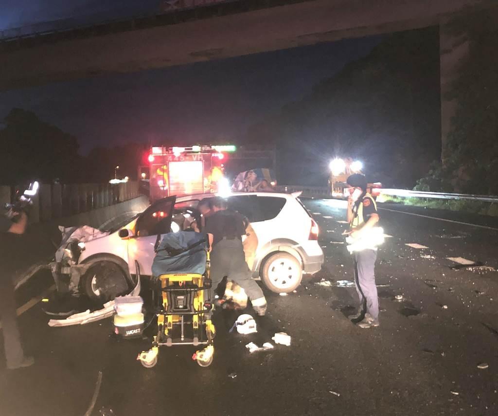1輛轎車於2日清晨4時許在國道10號燕巢路段追撞前方的大貨車,警消到場搶救傷者。(翻攝照片/林瑞益高雄傳真)