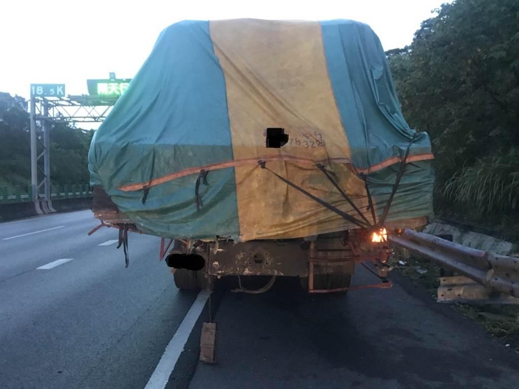 遭撞擊的大貨車尾部毀損。(翻攝照片/林瑞益高雄傳真)