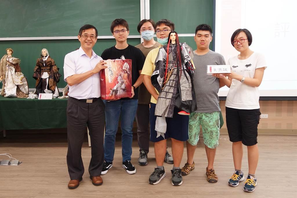 北科大講座教授姚立德(左)與修課學生合影。(北科大提供/李侑珊台北傳真)