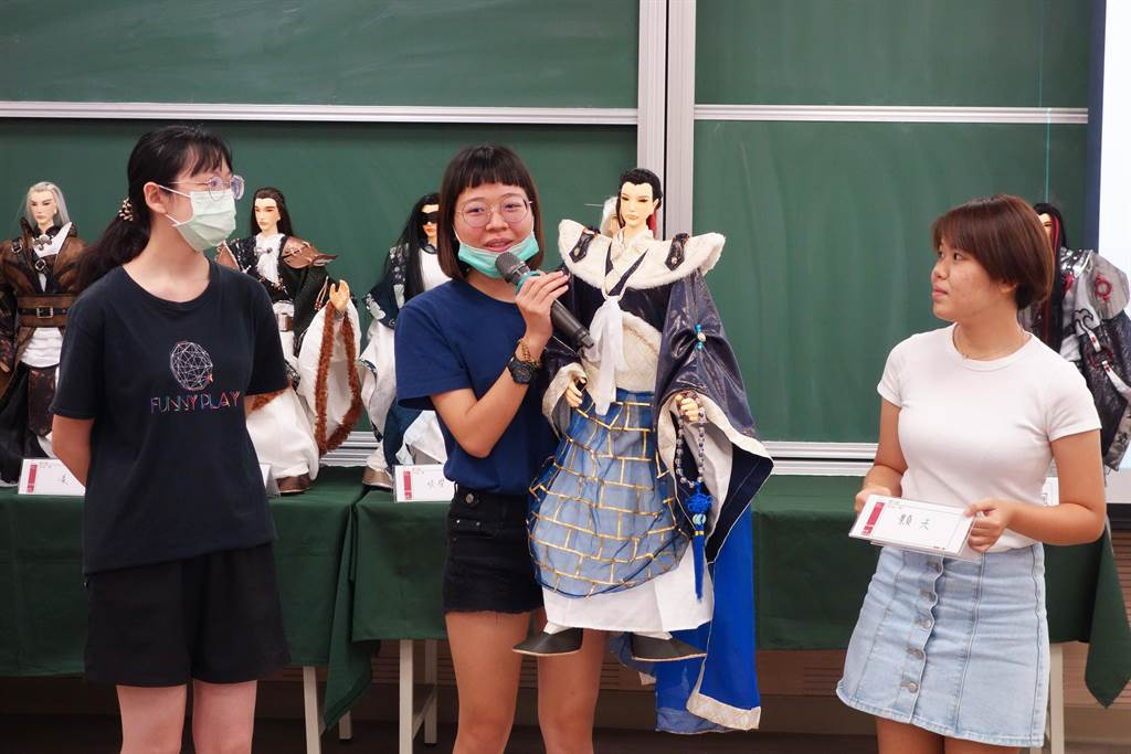 北科大工設系學生葉紫彤(中)等人說明團隊自創戲偶的設計理念。  (北科大提供/李侑珊台北傳真)