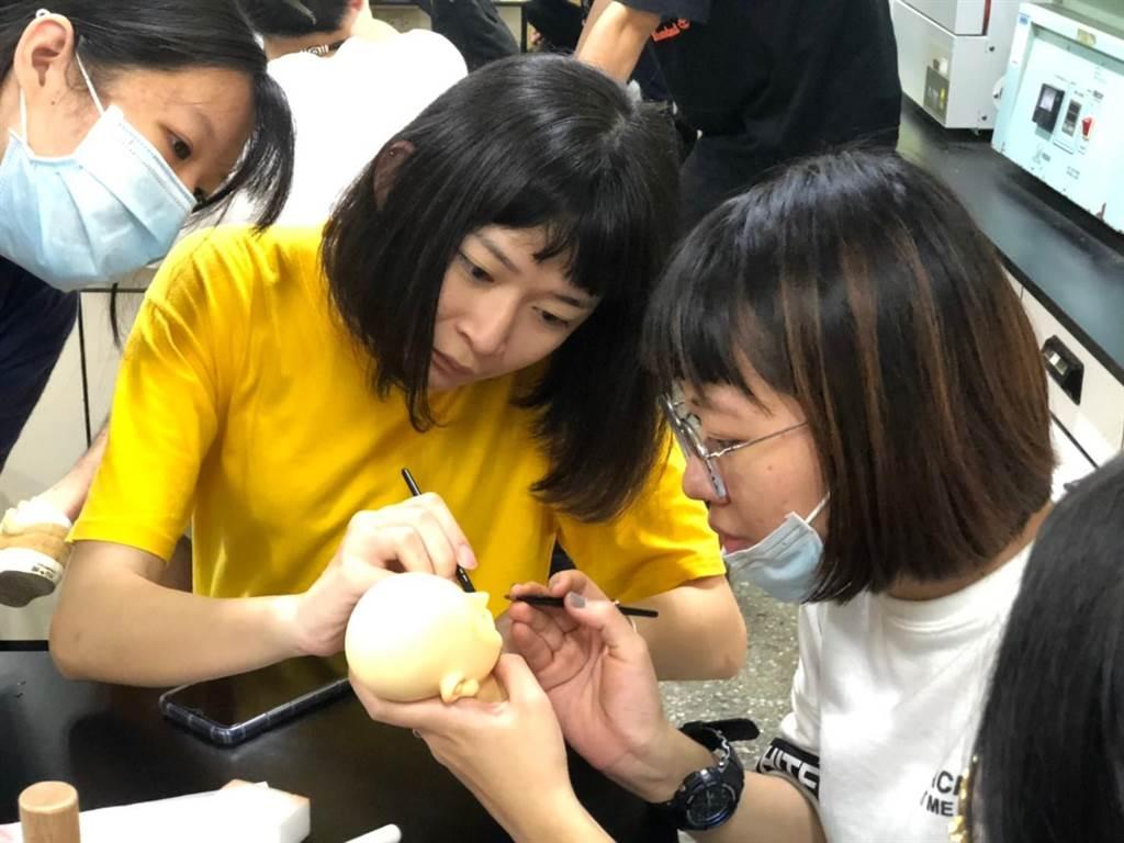 北科大與霹靂合作通識課程,帶領學生認識偶頭製作過程。(霹靂提供/李侑珊台北傳真)