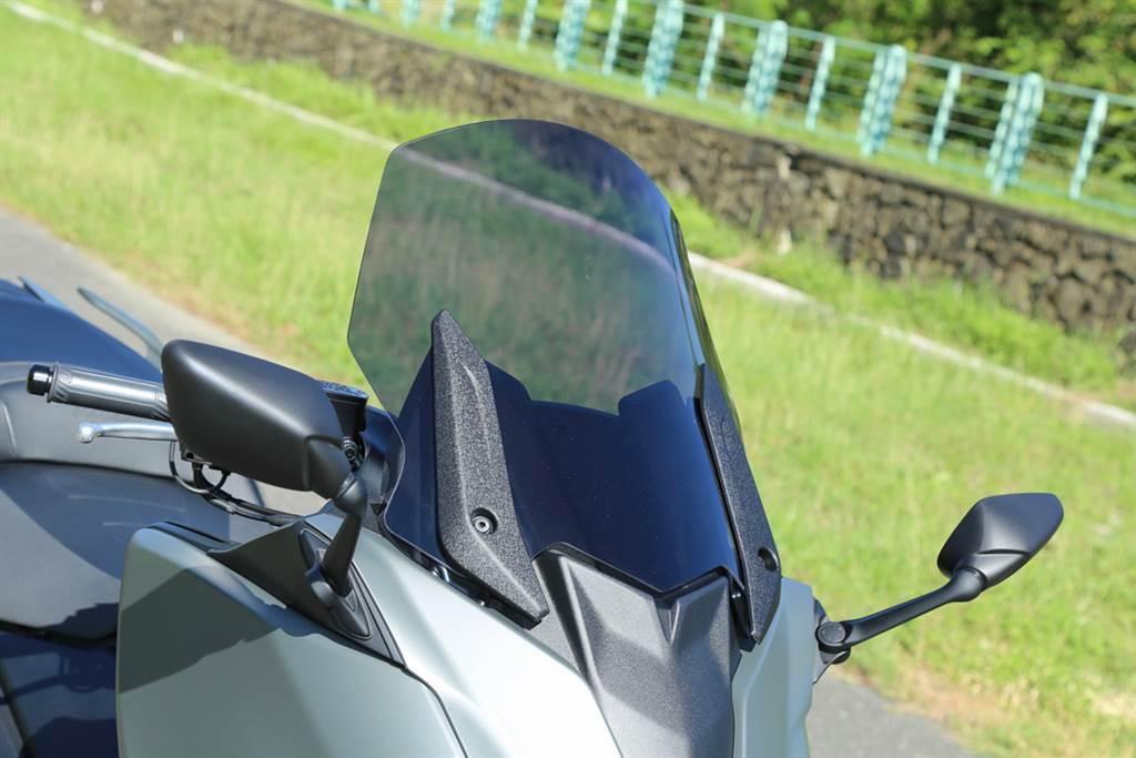 可一鍵調整的電動風鏡,是騎士的最佳幫手