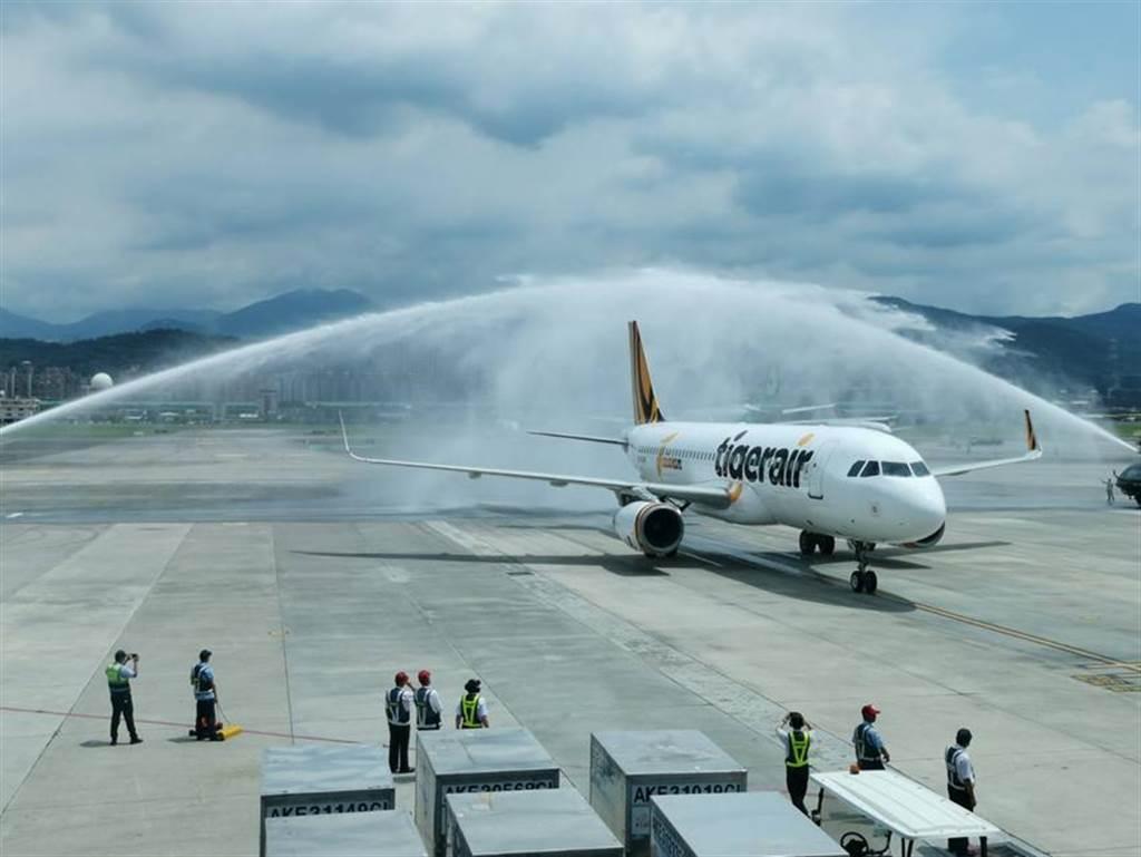 (松山機場以灑水儀式歡迎台灣虎航的飛機抵達。圖/台虎提供)