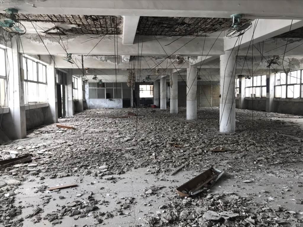 基隆富貴市場4樓鋼筋裸露,水泥掉滿地,被鑑定為海砂屋9月將封樓。(許家寧攝)