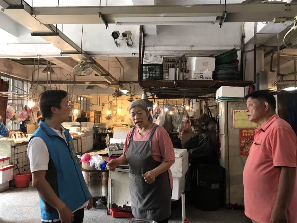 攤商向市議員藍敏煌(左)抱怨市府配套措施不足,攤商將何去何從。(許家寧攝)