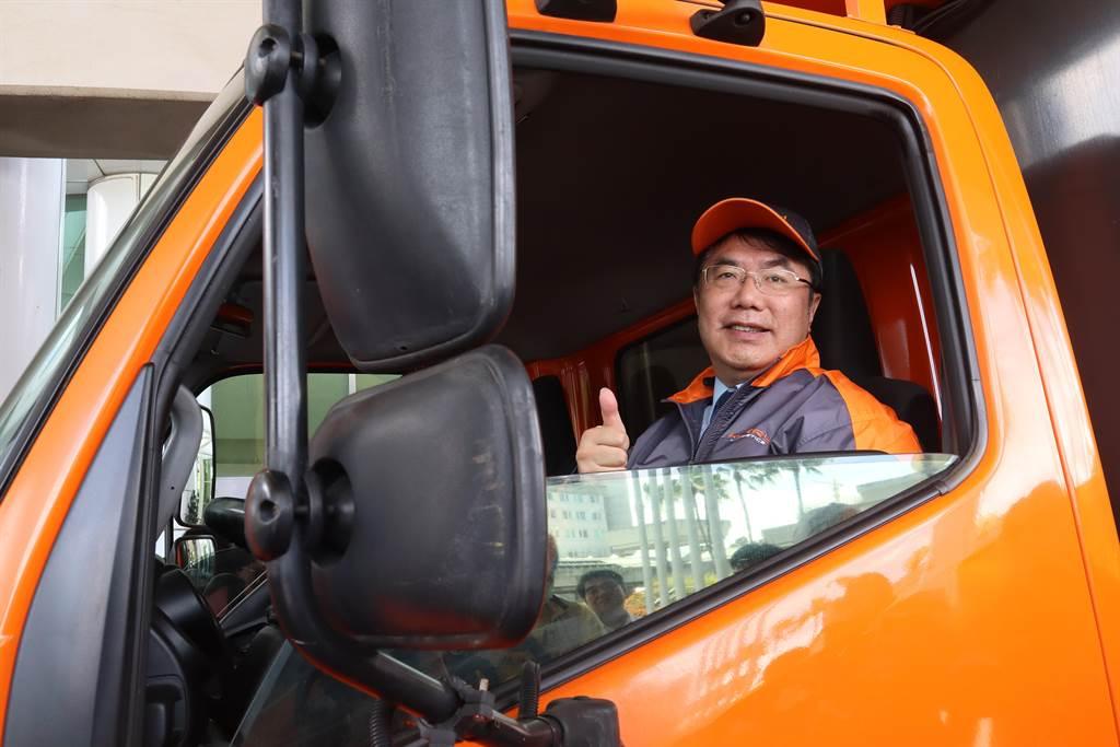台南市長黃偉哲今日(2)化身一日配送員,與物流企業合作,推銷正值產季的愛文芒果。(李宜杰攝)