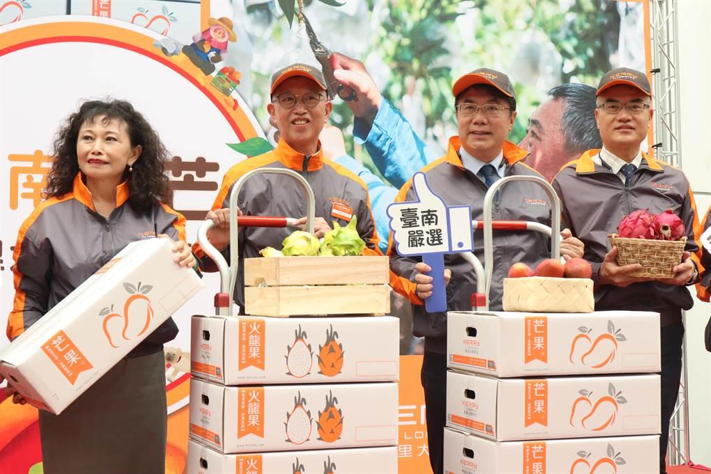 嘉里大榮物流企業2日也認購3500箱芒果、火龍果,支持在地農民。(李宜杰攝)