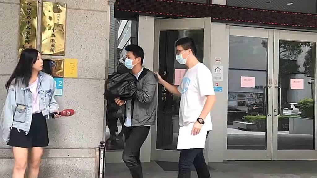 37歲李姓男子(中)被警方在家中查獲安非他命吸食器與殘渣,移送法辦。(翻攝畫面/胡欣男台北傳真)