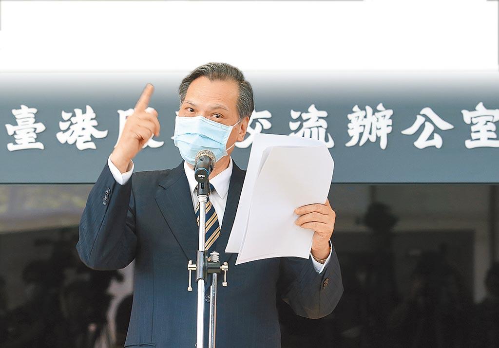 陸委會主委陳明通1日出席台港服務交流辦公室揭牌儀式表示,《香港國安法》是「天朝帝國對世界的子民發出的律令」。(陳怡誠攝)