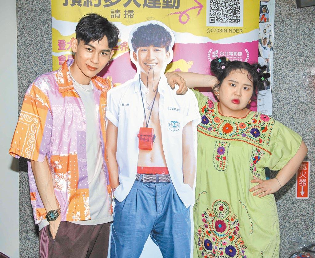 大文(右)、楊懿軒昨與遠在香港的吳肇軒人形背板合影。(吳松翰攝)