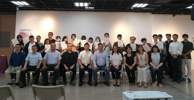 玄奘大學校長簡紹琦(前排右五)及台灣博迪董事長叢鋼滋(前排左五)與來賓大合照。(玄奘大學提供)