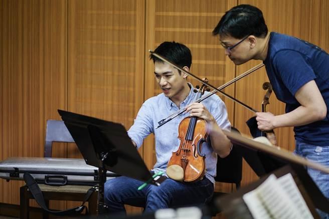 美國印地安納波里斯國際小提琴大賽金牌得主林品任(左),日前剛獲選為紐約林肯中心室內樂協會合作音樂家,本周末將與國家交響樂團團員合奏室內樂,從室內樂演奏練功。(國家交響樂團提供)