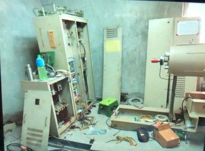 53歲劉男進入電梯機房檢修電路,不慎觸電身亡,機電設備留有血跡。(民眾提供/王文吉台中傳真)