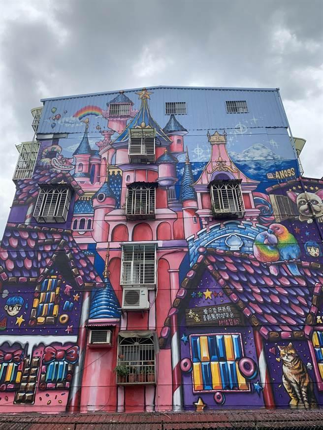 板橋重慶里的巨型彩繪牆讓人驚艷。(王揚傑攝)