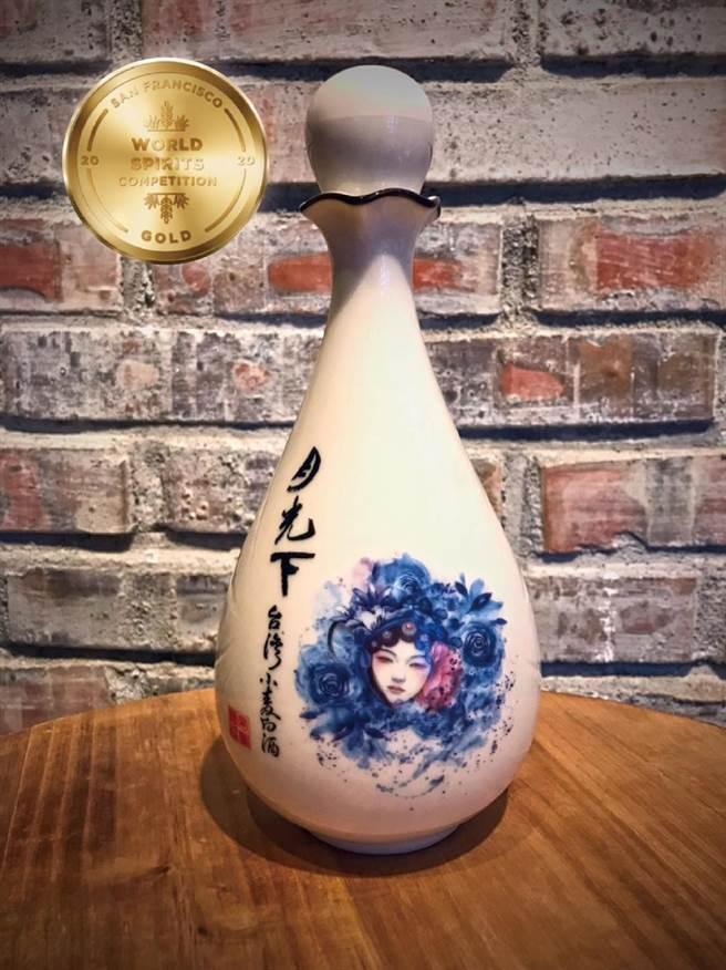 雲林縣麥寮鄉「月光下友善農場」的「台灣小麥白酒」,拿下美國「舊金山世界烈酒競賽」金獎牌。(郭慧蟬提供/張朝欣雲林傳真)