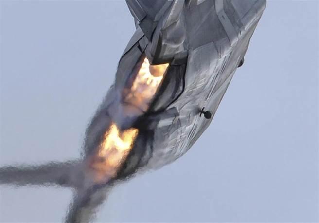 F-22 戰機的F119發動機,獨特的2維矩形噴嘴,仍是世界唯一,具備機動性與紅外線遮蔽性。(圖/美國空軍)