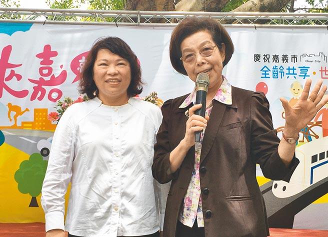 嘉義市長黃敏惠(左)、監察院長張博雅,大讚嘉義市升格的好處。(廖素慧攝)