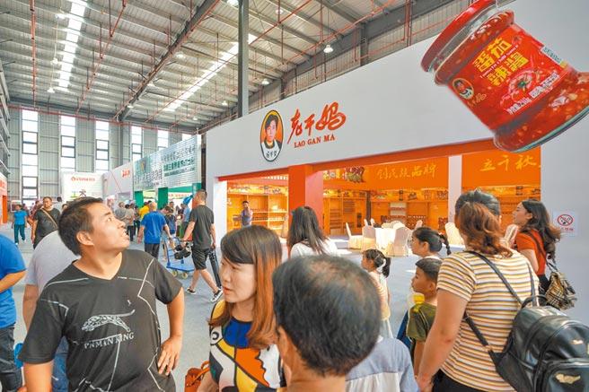 2019年8月17日,辣博會現場,老干媽展示展銷區吸引民眾參觀。(中新社)