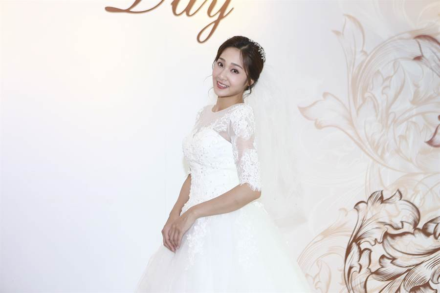 邱子芯受封「新娘專業戶」,穿搭婚紗有一套。(民視提供)