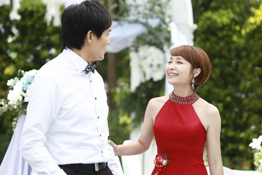 李珞晴參加劇中兒子婚禮,她說整個氣氛太美好了,完全不像在拍戲,左為霍正奇。(民視提供)