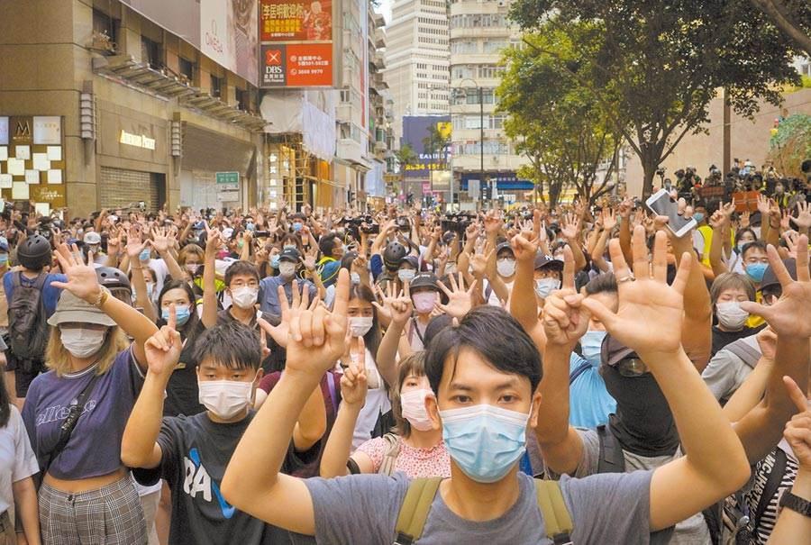 香港國安法實行第一天,大批港人上街示威遊行。 (美聯社)