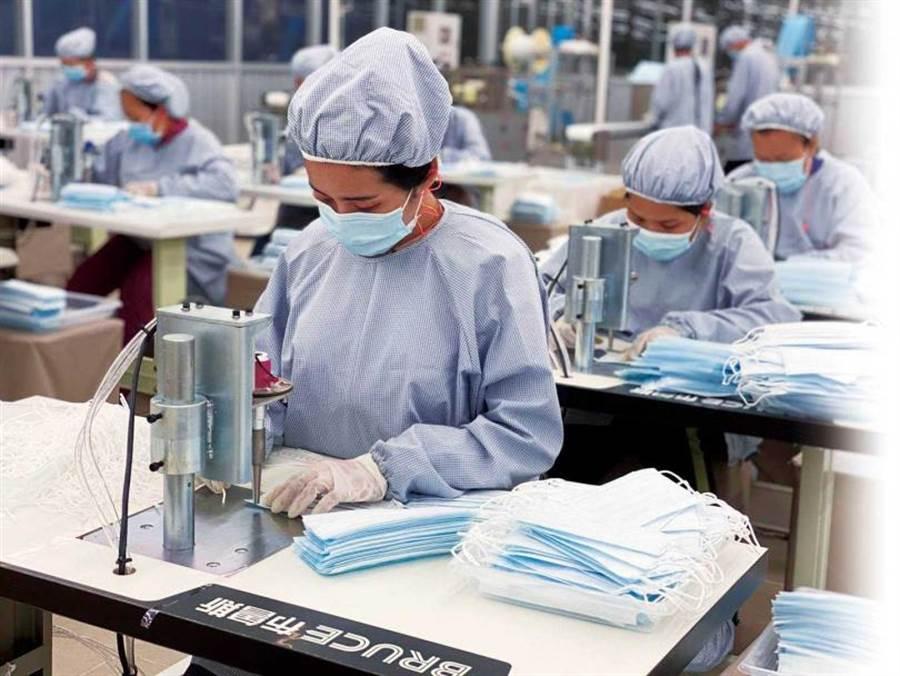 疫情期間,許多紡織廠加入防護衣生產線,但防疫產品無法當成長久的營收來源。圖為如興的柬埔寨廠。(圖/如興提供)