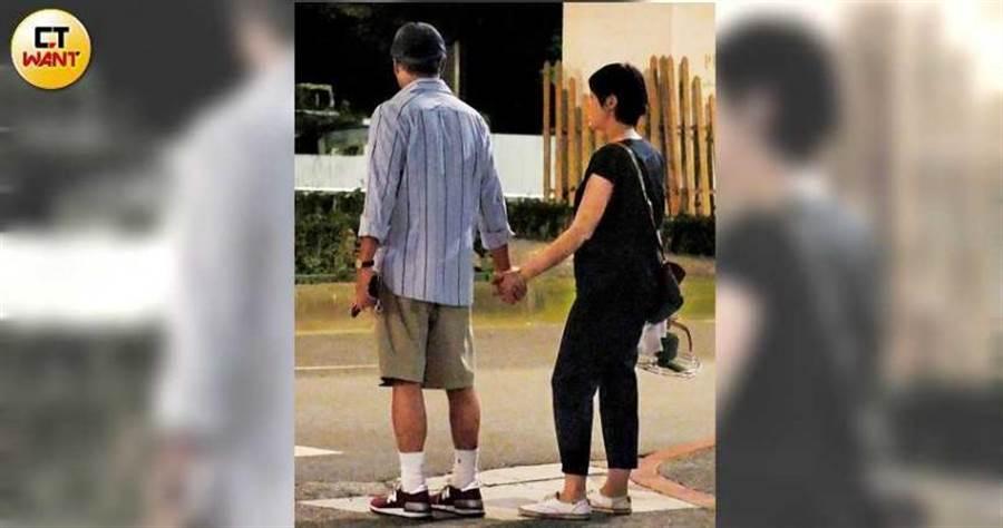 結婚5年的李宗盛,連等待過馬路的時間都牢牢牽著千惠,超級恩愛。(圖/本刊攝影組)