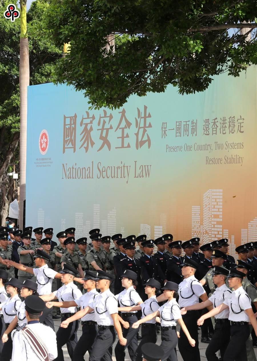 《人民日報》指美方政治打壓背離人權宗旨。圖為 7月1日香港特區政府在灣仔金紫荊廣場舉行升旗儀式,慶祝香港回歸23周年。 (新華社)