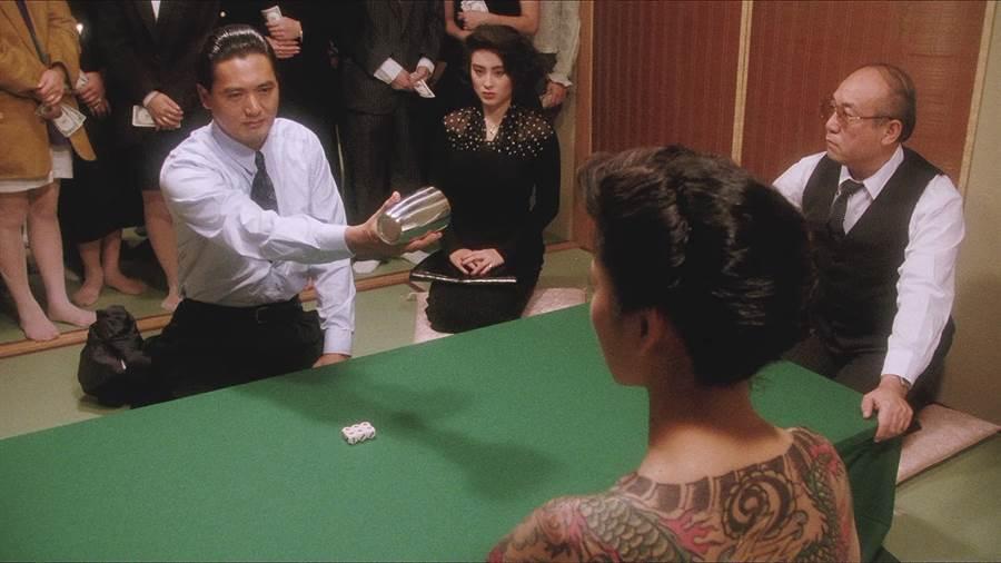 西協美智子在《賭神》中和周潤發對決。(圖/電影截圖)
