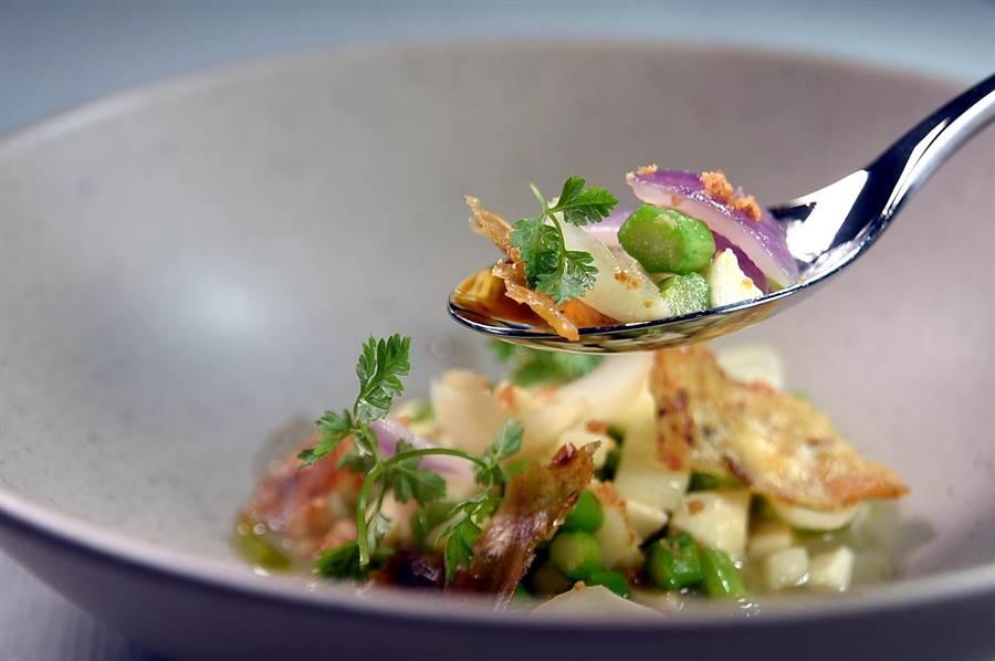 〈chinois〉的廚房內沒有中式「炮爐」,但主廚Vicent演繹的〈百合蘆筍〉上桌仍能傳遞「炒」出的味道。(圖/姚舜)