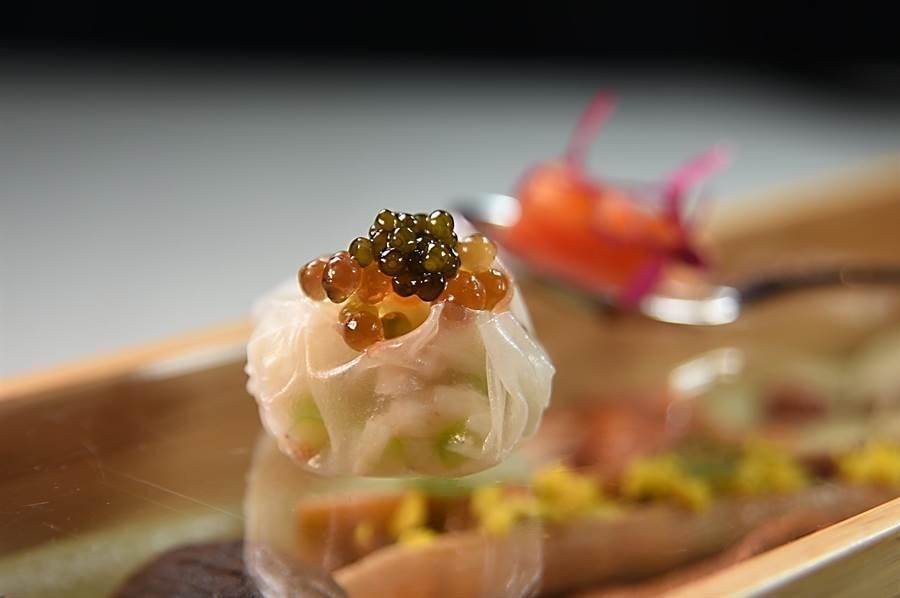 〈chinois〉套餐開胃前菜〈法國魚子醬絲瓜蟹肉小籠包〉,是以越南生春捲皮包捲蟹瓜與絲瓜作餡,上層再以魚子醬提味。(圖/姚舜)