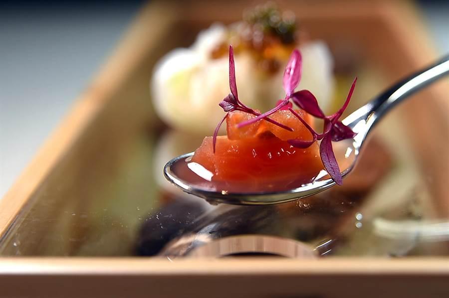〈梅醬番茄凍〉是以西式廚藝,將現榨番茄汁與梅汁加了吉利丁凝結成凍呈現。(圖/姚舜)