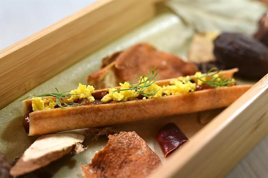 以西式廚藝演繹的〈無錫脆鱔〉,是將鱔魚以中式醬汁浸泡醃漬後切丁,再鑲入酥烤的春捲皮中呈現。(圖/姚舜)