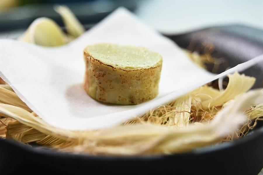 Vicent以西式廚藝作的〈雞捲〉,是將雞腿肉作成慕斯,再以雞皮包捲烤製。(圖/姚舜)