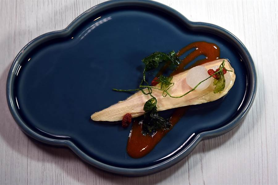 〈chinois〉的〈紹興醉雞〉是將雞胸肉sous-vide後,再以用紹興酒、鹽、胡椒與枸杞打成的醬汁提味,傳遞正版醉雞風味。(圖/姚舜)