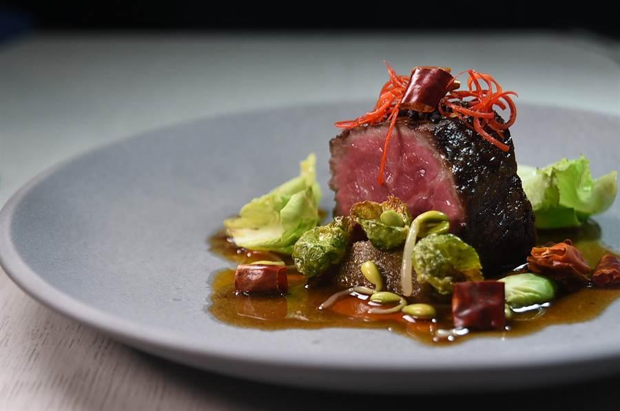 〈水煮美國特級牛排〉是以用牛高湯、 辣椒油和青蔥油熬煮的醬汁,為紐約克牛排提味。(圖/姚舜)