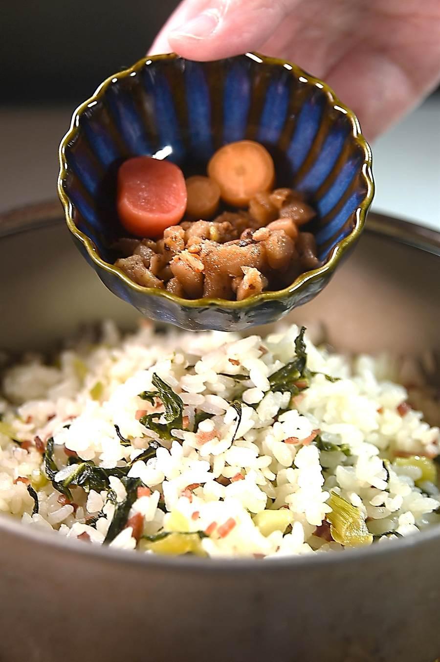 〈chinois〉的〈伊比利菜飯〉會附上主廚Vicent用小胡蘿蔔與櫻桃蘿蔔醃漬的漬菜。(圖/姚舜)