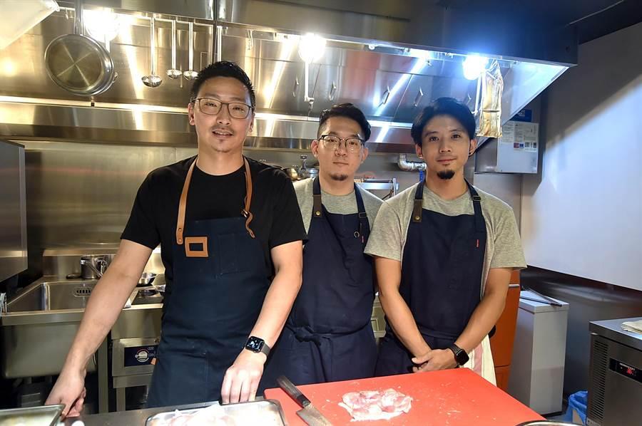 〈chinois〉餐廳主廚Vicent翁士峻(左)是台北萬豪酒店〈Inge's〉前主廚,如今以西式廚藝演繹「中餐」,一樣有板有眼且充滿創意。(圖/姚舜)