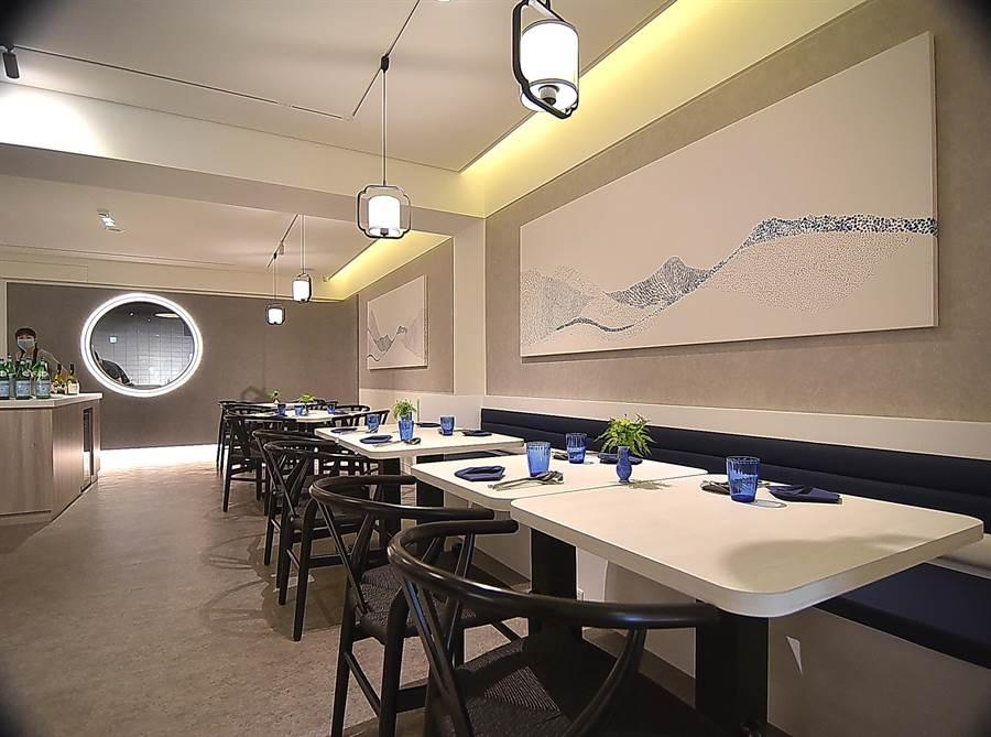 開在台北市大安區四維路巷內的〈chinois〉,裝潢設計簡約優雅、且空間舒適,流洩一股清麗脫俗氣質。(圖/姚舜)