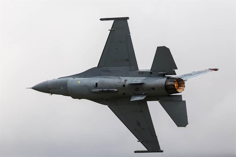 美國空軍F-16CM戰機的資料照。(達志影像/Shutterstock)