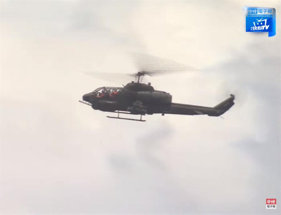 直播》超震撼!漢光36號演習 今實彈預演。圖為 演習畫面 武裝戰鬥直升機在台中海軍盤旋。(圖/中時電子報直播)