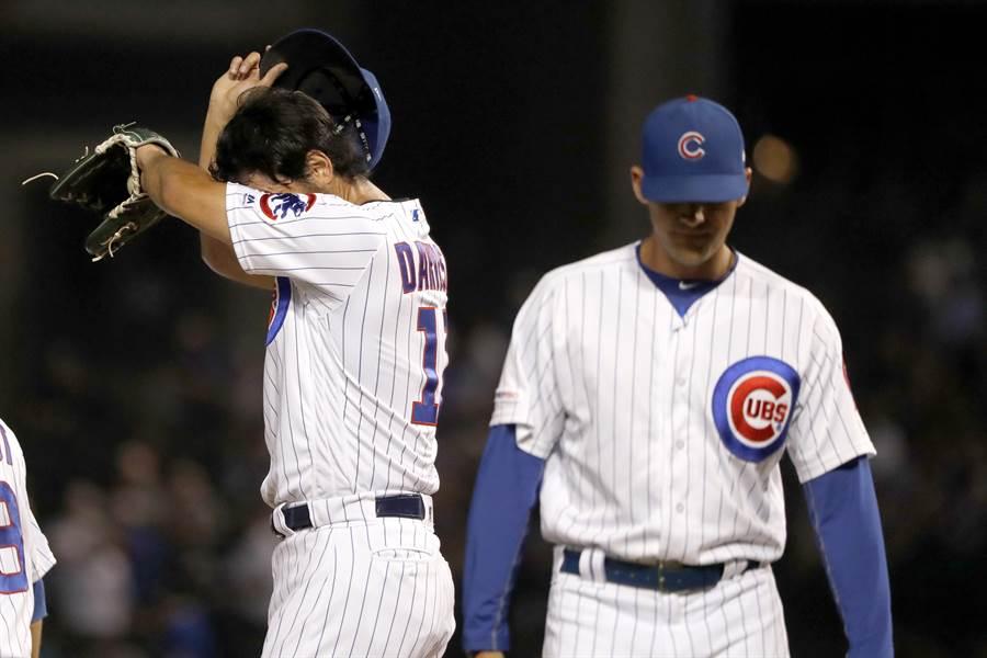 小熊隊投手教練霍托維(右)自曝對抗新冠肺炎的心路歷程,左為小熊隊投手達比修有。(美聯社資料照)