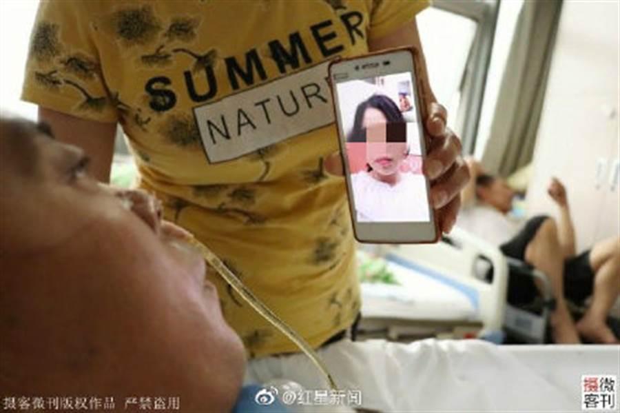 女研究生與病父視訊。(圖/翻攝自紅星新聞微博)