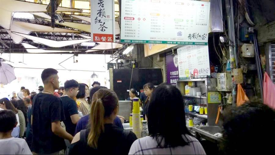 台中第二市場人氣紅茶大排長龍。(照片/游定剛 拍攝)