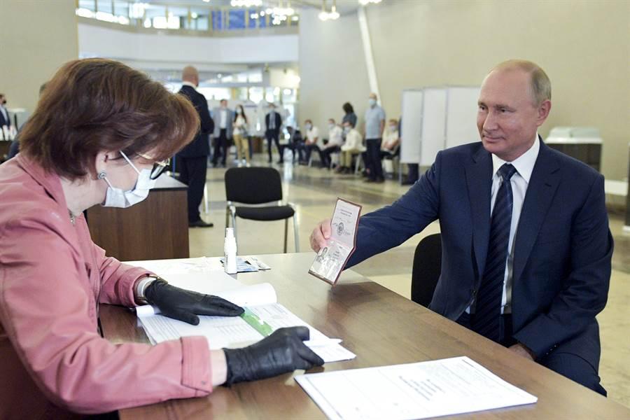 對於俄羅斯修憲公投結果顯示,77%民眾支持現任總統普丁可以在參選2屆大選,也就是至2036年普丁仍可參加總統大選。圖為普丁參與公投。(美聯社)